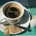 63977162 - 窓辺の差込む陽の中でコーヒ