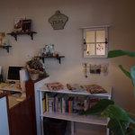カフェ カラク - 本棚には料理やインテリア雑誌がおかれています。