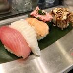 魚がし日本一 - 平日7〜14時限定 5貫セット (天然まぐろ・えんがわ・とろサーモン・ねぎとろ・焼きげそ) 税込@555円