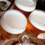 63987147 - ビールで乾杯