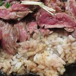 レッドロック - ローストビーフ丼は焼肉のタレみたいな感じでしたが、 ステーキ丼は和風醤油味です。