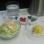 63988180 - セットのグリーンサラダとカレー味のポテトサラダに薬味