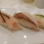 新橋しのだ寿司 - 「春の鯛三種盛」(桜鯛桜の葉〆・炙り春子鯛・金目鯛昆布〆)650円