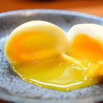 Gyoza Bar けいすけ - 卵@300円:燻香をかき分け、箸を挿れれば、トロけ出す黄身