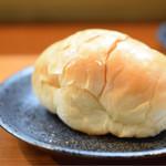 Gyoza Bar けいすけ - 腸詰をオーダーすると、バターロールを頂けました。旨味汁に浸して