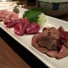 地鶏・牛・豚 みのと - 料理写真:お任せ三種900円とレバ刺し600円
