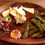 七ちゃん - 鶏ささみ スモークチーズ 燻製ぽてさら 枝豆の燻製