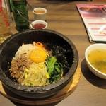 韓国料理 bibim' -  石焼ビビンバ1050円。