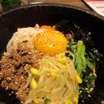 韓国料理 bibim' - 石焼ビビンバは熱々に焼かれた石の器にジュージューと音を立てながらテーブルに運ばれて来たんでよく混ぜて口に運びました。