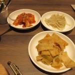 韓国料理 bibim' - 石焼ビビンバは320円足してセットにして貰ったんで3品キムチ等のおかずが付いてきましたよ。