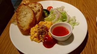 KINOKUNIYA vino kitchen - パンは三種類、彩りも綺麗なスクランブルエッグのモーニングセット。ドリンク付きで490円(税込み)はすごい!