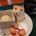 Bread lunch & Cafe La mia casa - 自家製アイスとサクラのシフォンケーキ