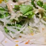 寿司割烹 寿司御殿 - サラダはオニオンスライスどっさり