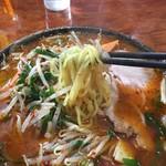 中華食堂 秋 - たっぷりの野菜の中から引っ張り上げた麺