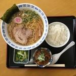 獅子亭 - ラーメンとミニもつ煮定食のセットで750円です。