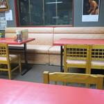 東東 - テーブル席の様子
