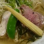 64038131 - 軽く炙った鮪ほほ肉や鶏レモンチャーシューが、魚介と鶏ガラのWスープと合う!