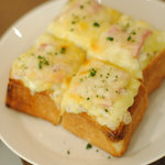 まちのシューレ 963 カフェ - じゃがいもとベーコンのオープンチーズサンド 630円(税込)
