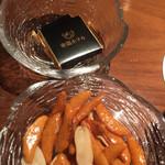 64043898 - チャームの柿ピーとチョコレート