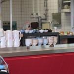 麺屋 千のこな - 日替わりのメインを選んだら小鉢の中から好きな物を2個選んでテーブルに運んでいきます。