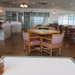 麺屋 千のこな - 客席はカフェテリア方式でかなりゆとりのある造りになってました。