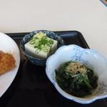 麺屋 千のこな - 2つ選べる小鉢はホウレンソウのお浸しと冷奴を選んでみました。