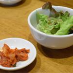 KITCHEN TACHIKICHI - 餃子の前に、サラダとキムチ。餃子といっしょに、味噌汁が出てきます。