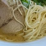 元祖 広島牛骨醤油ラーメン 大嵐 - 麺アップ少し細いね