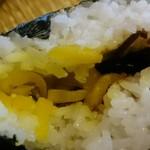 元祖 広島牛骨醤油ラーメン 大嵐 - むすびの中は沢庵と昆布...微妙にお肉