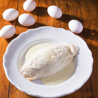 卵もライスもソースも全て真っ白な不思議なオムライス