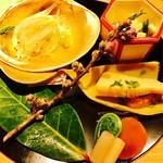 Kifuu - 写真左上から、時計回りに。             白魚 うるい こごみ             京揚げと青菜のぬた             かんなか筍と子持ちイカ             みょうがたけ 蕨 こごみの煮付け 卵黄味噌漬