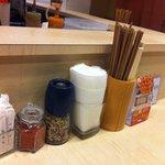 麺や 七彩 - カウンター上の調味料