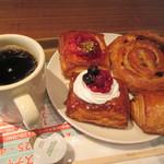 フレッシュネスバーガー - ブレンドコーヒー、パン・オ・ショコラ(ミニ)、デニッシュ(ミックスベリー)、デニッシュ(ストロベリー)、