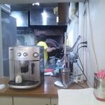 piacere - 厨房の奥に釜。シェフは女性です。