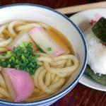 かあちゃんの店 - アゴだしに蒲鉾入のうどん。うどんは五島うどんではなく普通の玉うどん(400円)