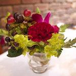6407787 - テーブルの上に飾られた花