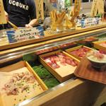 魚助食堂 - 刺身ビュッフェコーナー。 日替わりで4種類のお刺身が置いてあります。