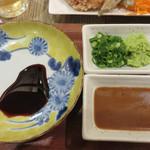 魚助食堂 - ゴマダレ・ネギ・ワサビもあります。 お醤油は卓上にあります。