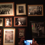 ラウンドアバウト - 壁にあるロックミュージシャンの写真