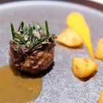 64081428 - 子羊のハンバーグ(黒ニンニクのピューレ)、ローズマリーで燻製したじゃがいも(パプリカとヨーグルトのソース)