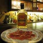 バー クラスター - 料理写真:超熟成生ハムと、奥のボトルでサワーを