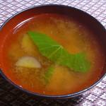 百姓屋敷 じろえむ - サツマイモと小松菜の味噌汁