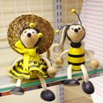 山のはちみつ屋 - 店主が集めたみつばちの人形やアンティーク品も飾られています。