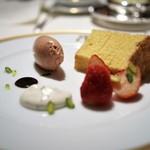 アピシウス - フォワグラのムースシフォンケーキと苺添え