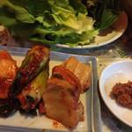 家新 - キムチ盛り合わせとサムギョプサル(要予約)の野菜
