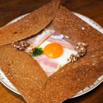 SOBA Café さらざん - 蕎麦クレープ ブルーチーズ、ベーコン、玉子、チーズ