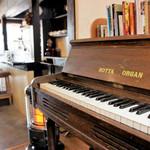 SOBA Café さらざん - オルガン越しのカウンター