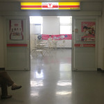 横浜舞岡病院売店 - 病院に入るとすぐ売店の入口が見えます
