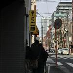 ラーメン二郎 - 行列に並びはじめて70分経過したところ。       あと30分ぐらいっていう地点