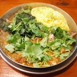 ダルシムカリー - 鉄板豚バラカリー(750円)+パクチー(60円)+ホウレンソウ(60円)